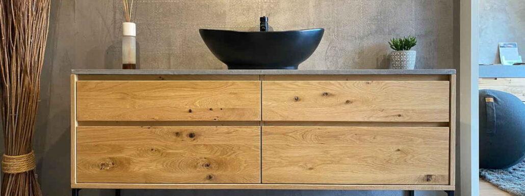 Ein Waschitisch von Kubix für ihr Bad. Er ist aus massivem Eichenholz mit einer Platte aus Mikrobeton. Darauf ein edles, schwarzes Waschbecken.