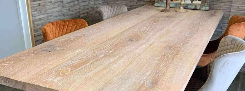 Esstisch aus Massivholz.